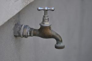 Wasserhahn an einer Wand